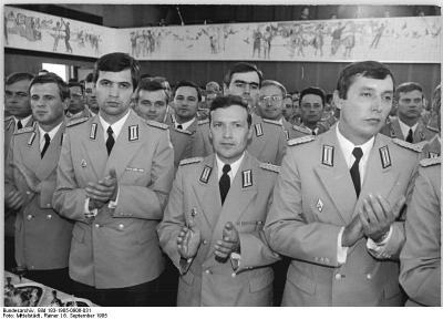 Bundesarchiv bild 183 1985 0906 031 berlin militarakademie absolventen empfang