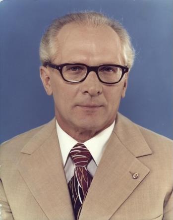 Bundesarchiv bild 183 r1220 401 erich honecker